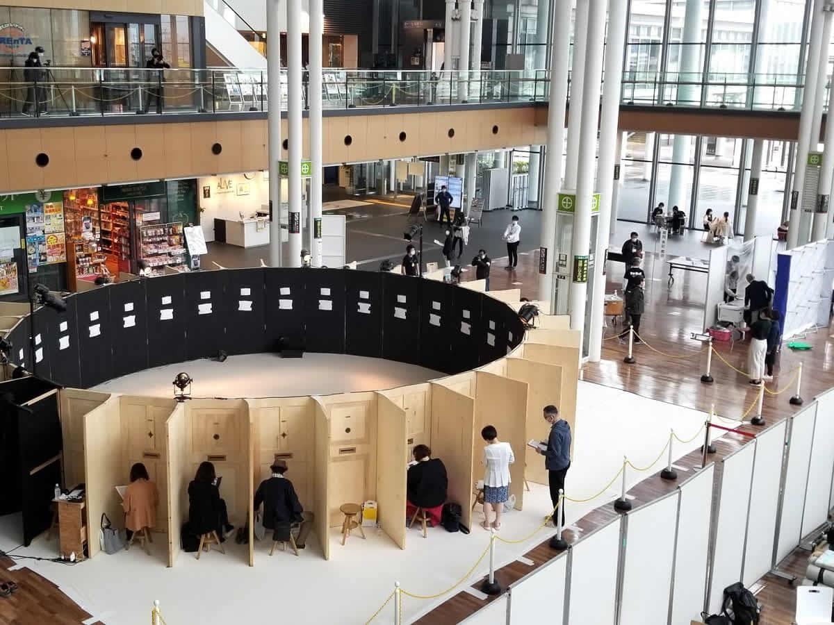 秋田駅前のオープンスペースで行われた円形劇場公演の様子