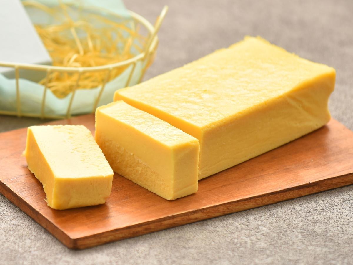 秋田キャッスルホテル(秋田市中通1)が販売中の「熟成酒かす香るチーズテリーヌ」
