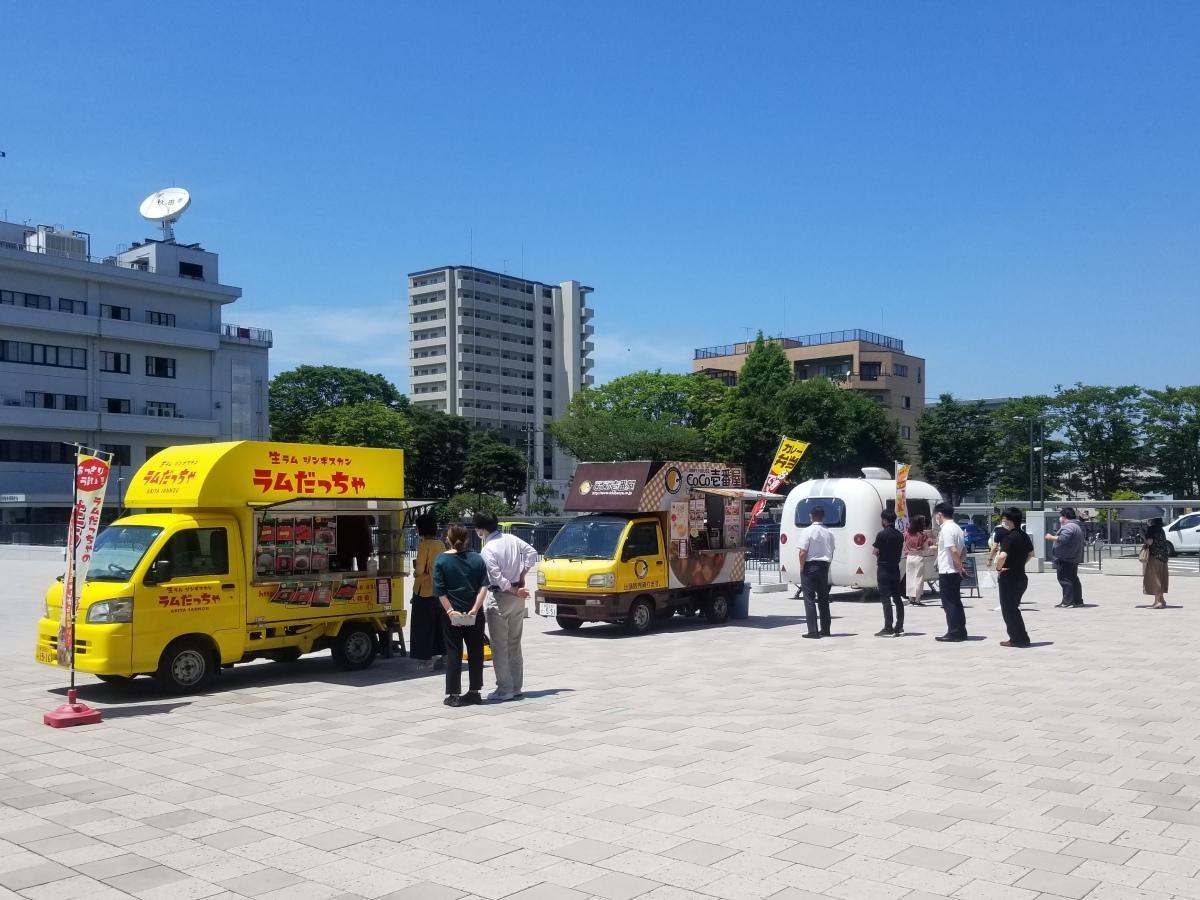 秋田市役所前で営業するキッチンカー