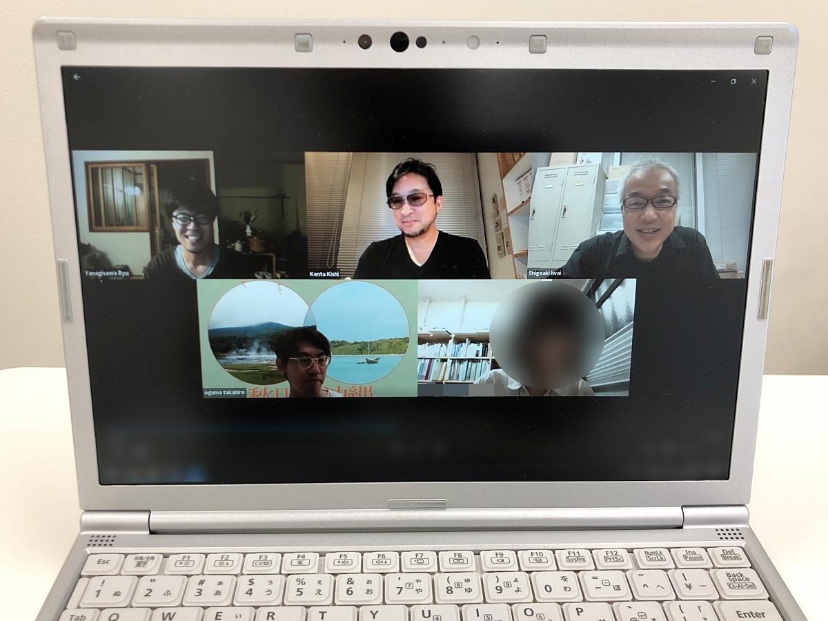 秋田公立美術大学が開く「AKIBI 複合芸術ピクニック 秋田/沖縄」オンライン面接の一場面。同大学院教授で美術家の岩井成昭さん(右上)と同教授で建築家の岸健太さん(上中央)