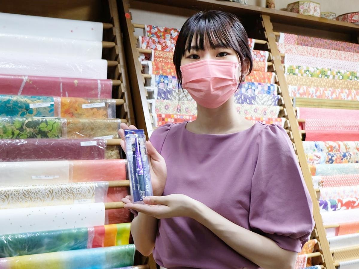 ボールペンのデザイン企画に参加した、大仙市中仙の夏祭りの踊り子「ドンパン娘」のななこさん