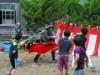 秋田・潟上で「水鉄砲大合戦」 俳優が指導、小学生がものづくりと撃ち合い楽しむ