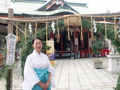 境内に設けられた「茅の輪」と宮司の太田垣さん
