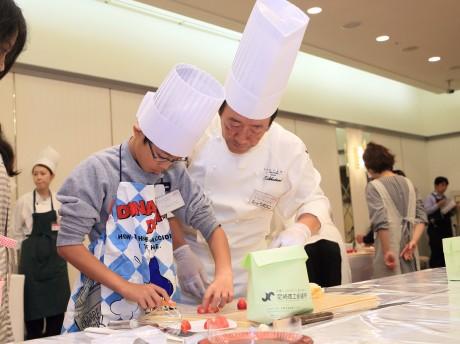 子どもに製菓指導する庄谷シェフ(昨年の様子)