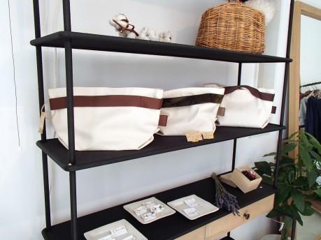 店主の小松さんが制作したキャンバス地のトートバッグ