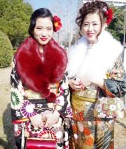 尼崎で成人式 今年の衣装は「レトロモダン」、落ち着いた雰囲気に