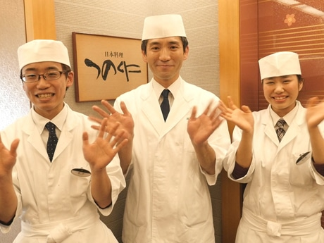 来店を呼び掛ける山本料理長(中央)とスタッフ