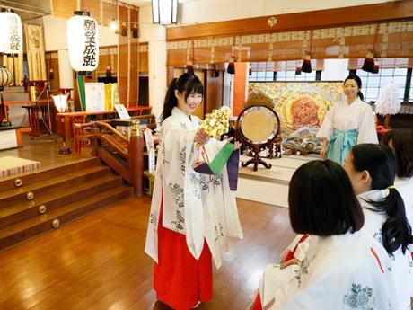 「神道巫女体験」の様子。鈴を鳴らす意味なども解説