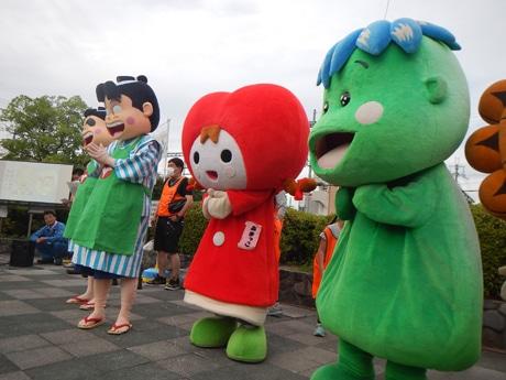 武庫之荘で「たそがれクリーンキャンペーン」に参加するあまっこ