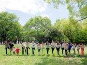 尼崎の森で「国際ヨガの日」イベント 1000人で「千羽」鶴のポーズに挑戦