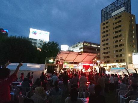 駅前の公園が野外ライブ会場となって盛り上がる(昨年の様子)
