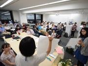 みんなの尼崎大学で入学式 まちの「マナビバ」体験、学生証交付も
