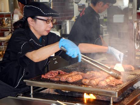 オープンキッチンで豪快に炭焼きする「ブロンコビリー」