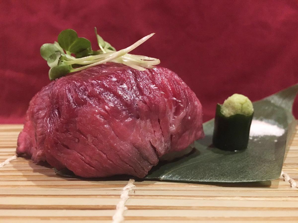 2周年記念メニューの「黒毛和牛ローストビーフ肉巻きおにぎり」