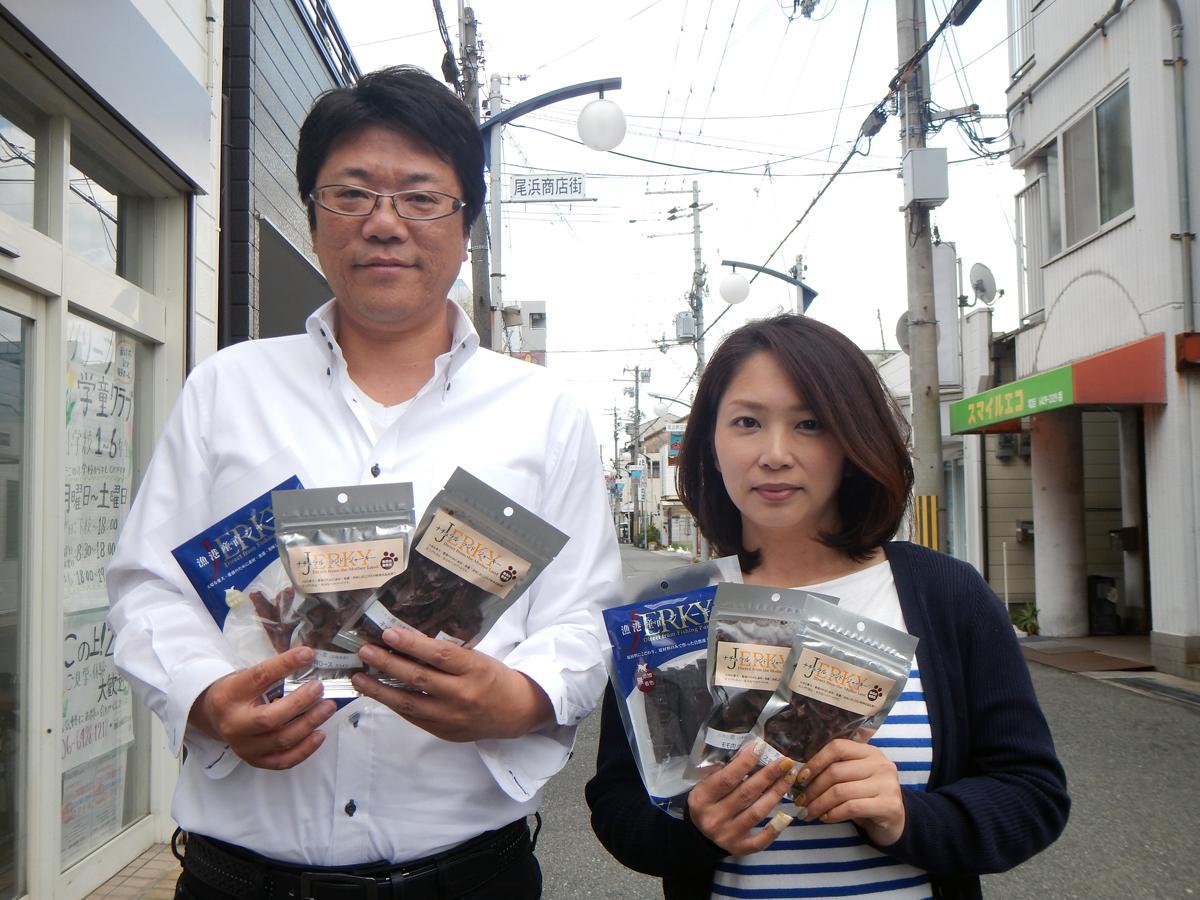 畑部さんと妻で広報担当のみずほさん。事務所を置く尾浜商店街にて