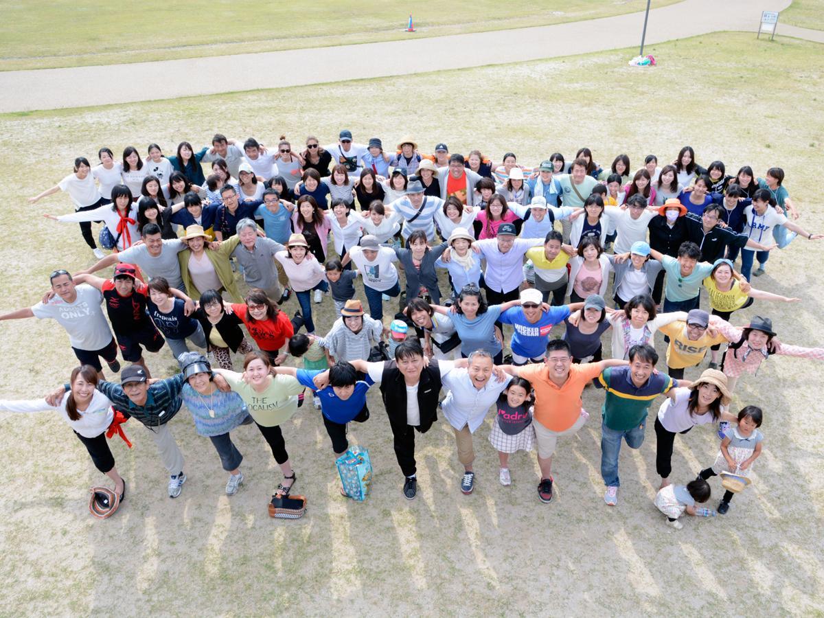 肩を組み合い「鶴のポーズ」を決める参加者たち