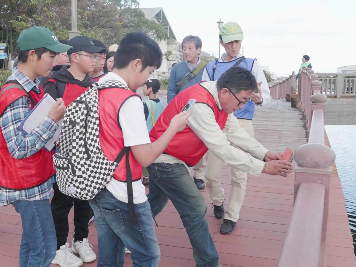 尼崎の運河周辺で謎解きゲームに挑戦する参加者たち