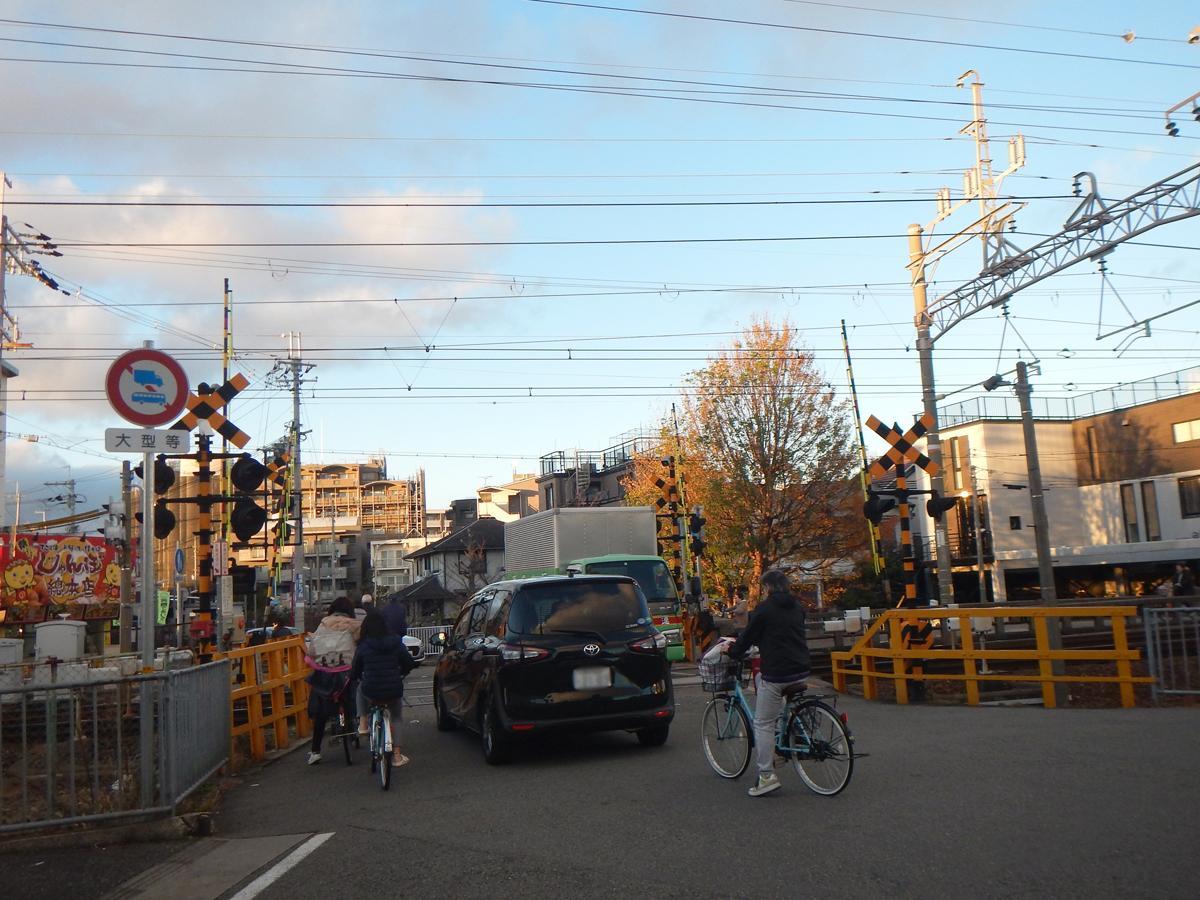 夕刻は自転車と自動車で混み合う阪急武庫之荘駅の踏切