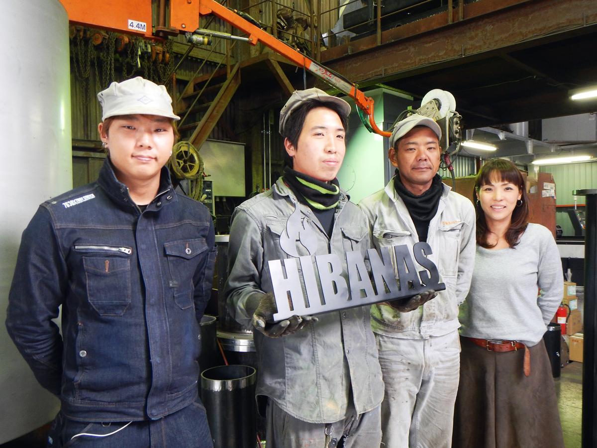 広報の中塩屋さん(右)とスタッフの皆さん。手にするサイネージも商品化決定