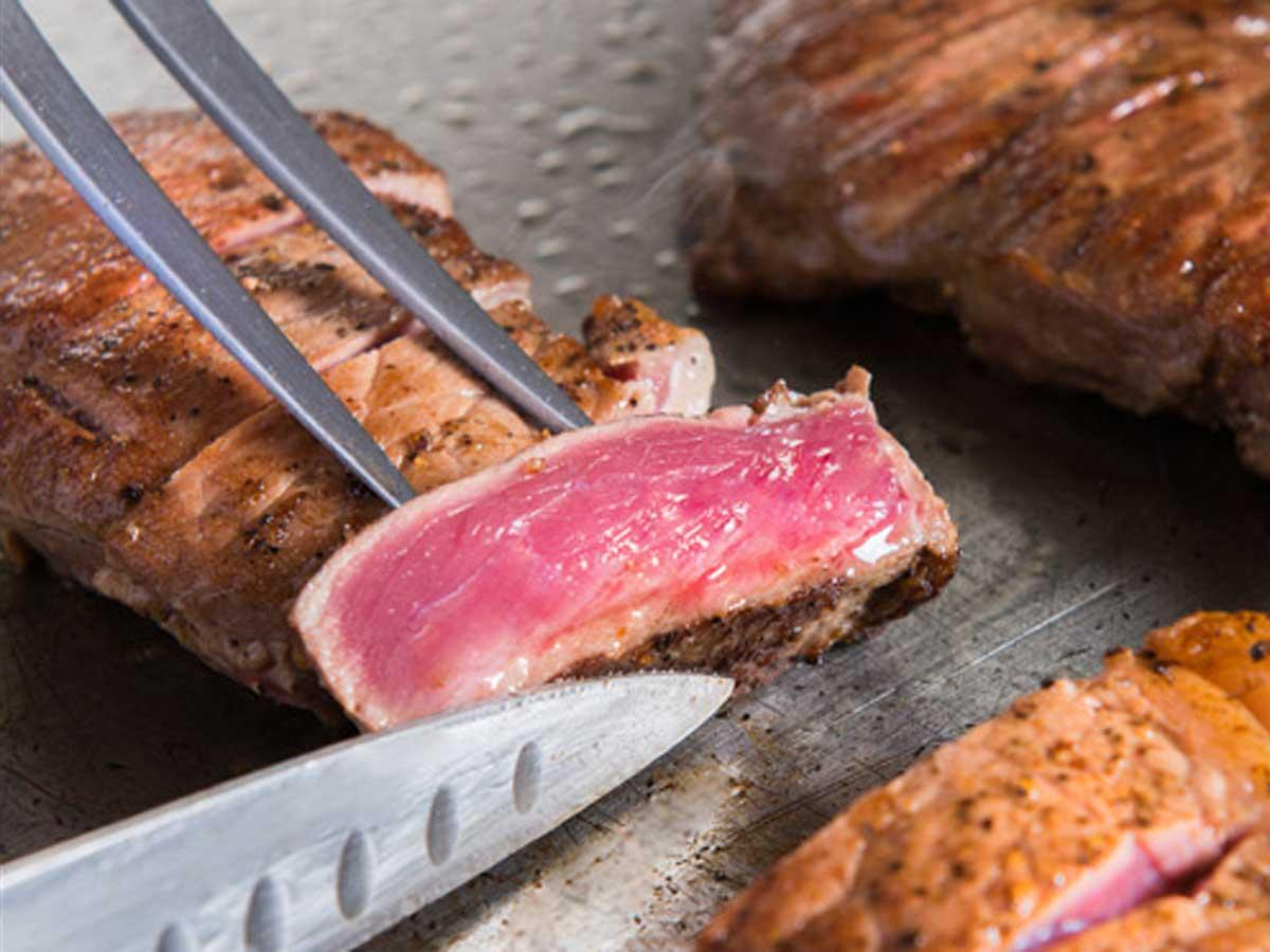 目の前で焼き上げる「牛ロース肉の鉄板焼き」