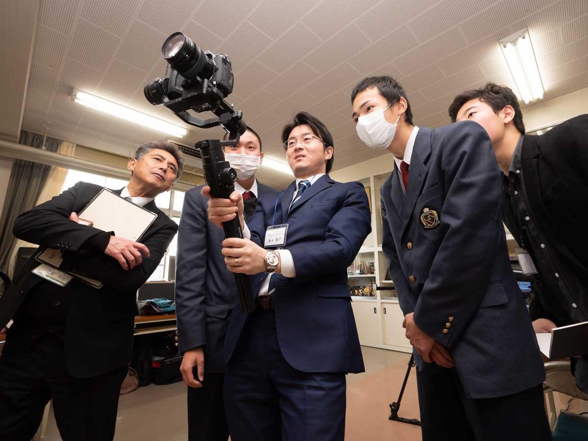 特殊な撮影機材のレクチャーを受ける生徒
