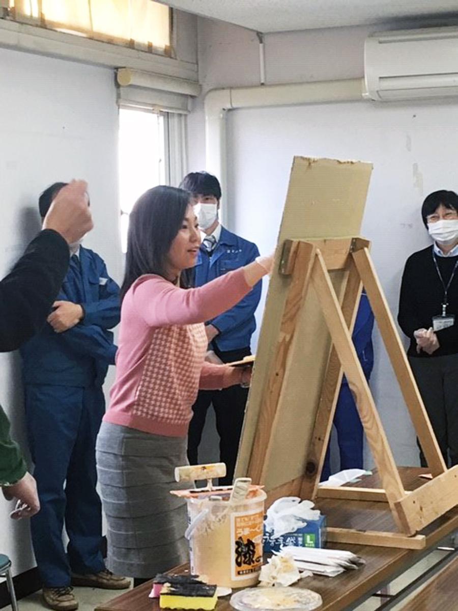 稲村尼崎市長も漆喰塗りに初挑戦