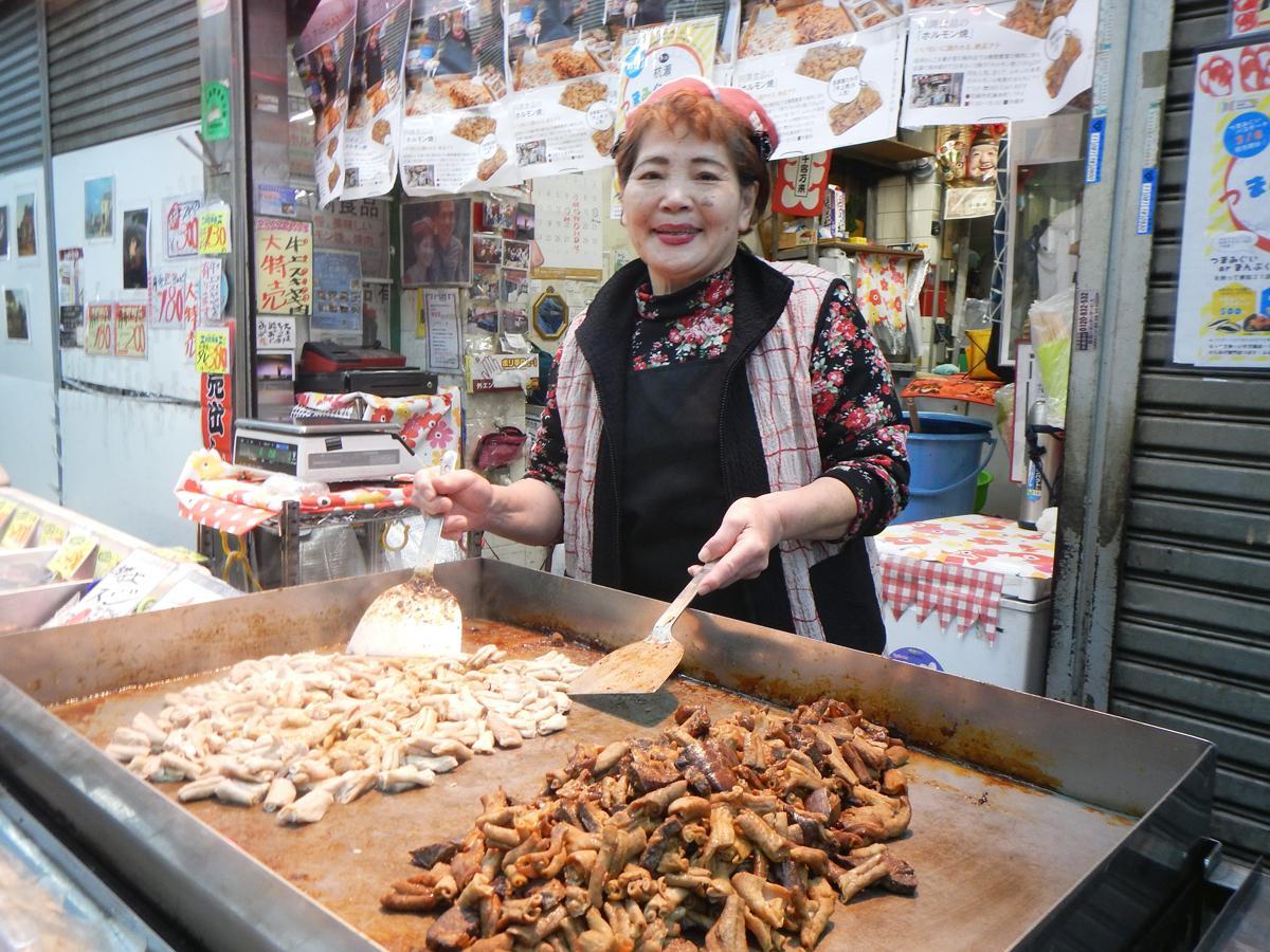 杭瀬中市場の田渕商店は自慢のホルモン焼きを提供