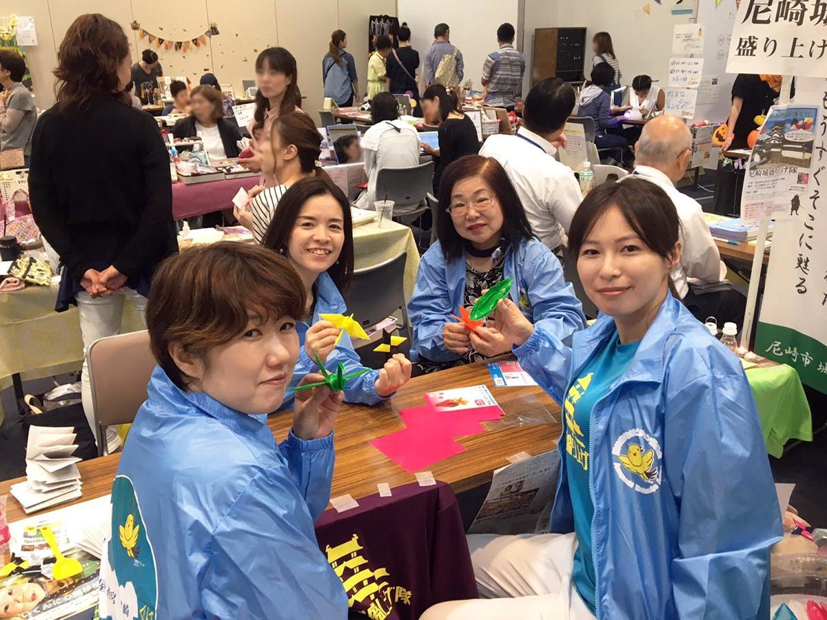 ビジョン委員の齊藤美雪さん(左奥・日本こども色彩協会)、あまが咲さん(右)ら