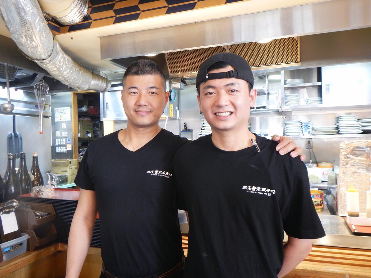峰さん(左)と調理を担当する山東省出身の李さん