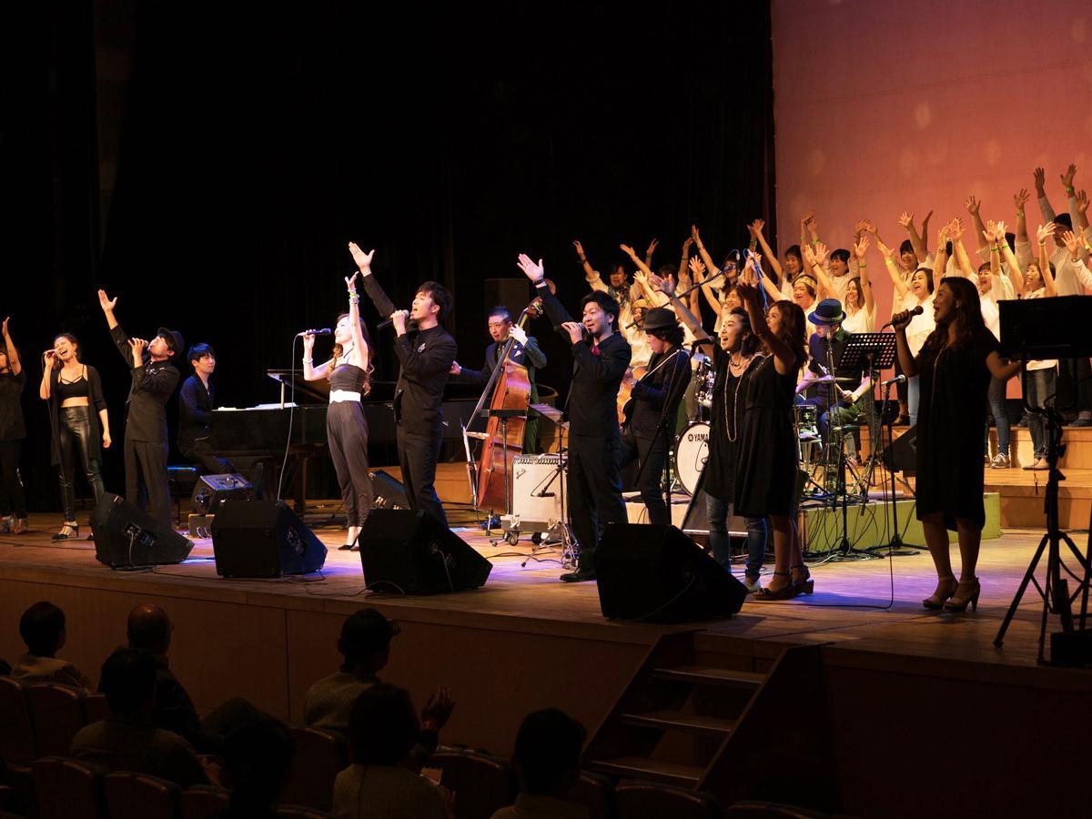 フィナーレでは一般公募クワイアと共にゴスペルの大合唱。会場が「音楽の喜び」で満ちる