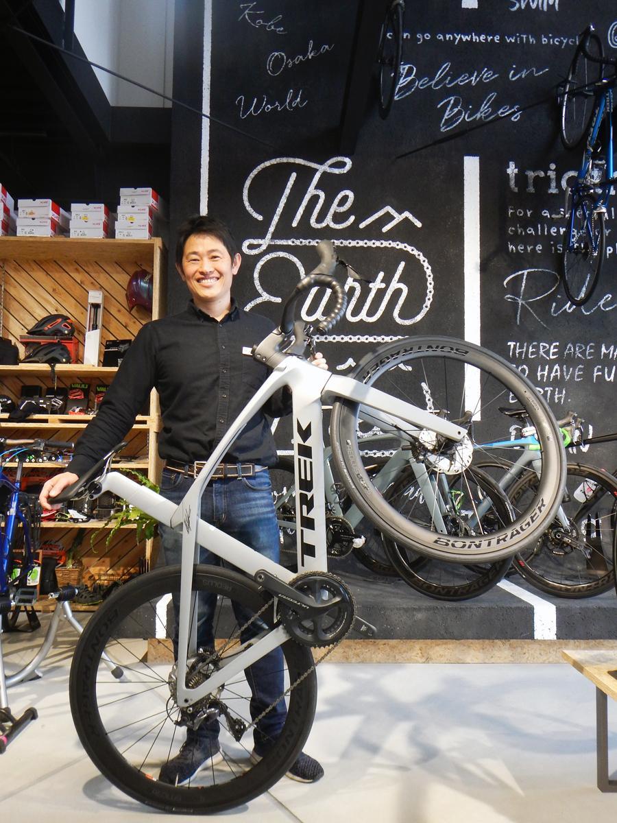 野口さん。手にするロードバイク「MADONE」は超軽量OCLVカーボンフレームや一体型ハンドルバーを備えた最先端モデル