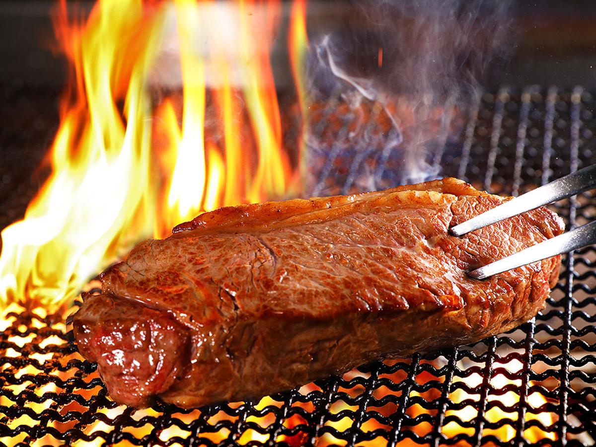 ウルグアイ産牧草牛の「炭焼き 超厚切り 熟成サーロインステーキ」