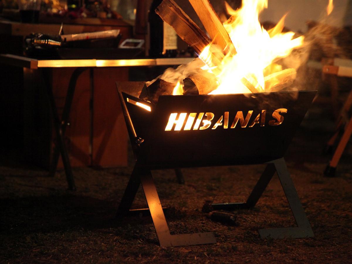 炎で文字が浮かび上がるたき火台「HIBURN」。草地を傷めずにキャンプファイヤーが楽しめる