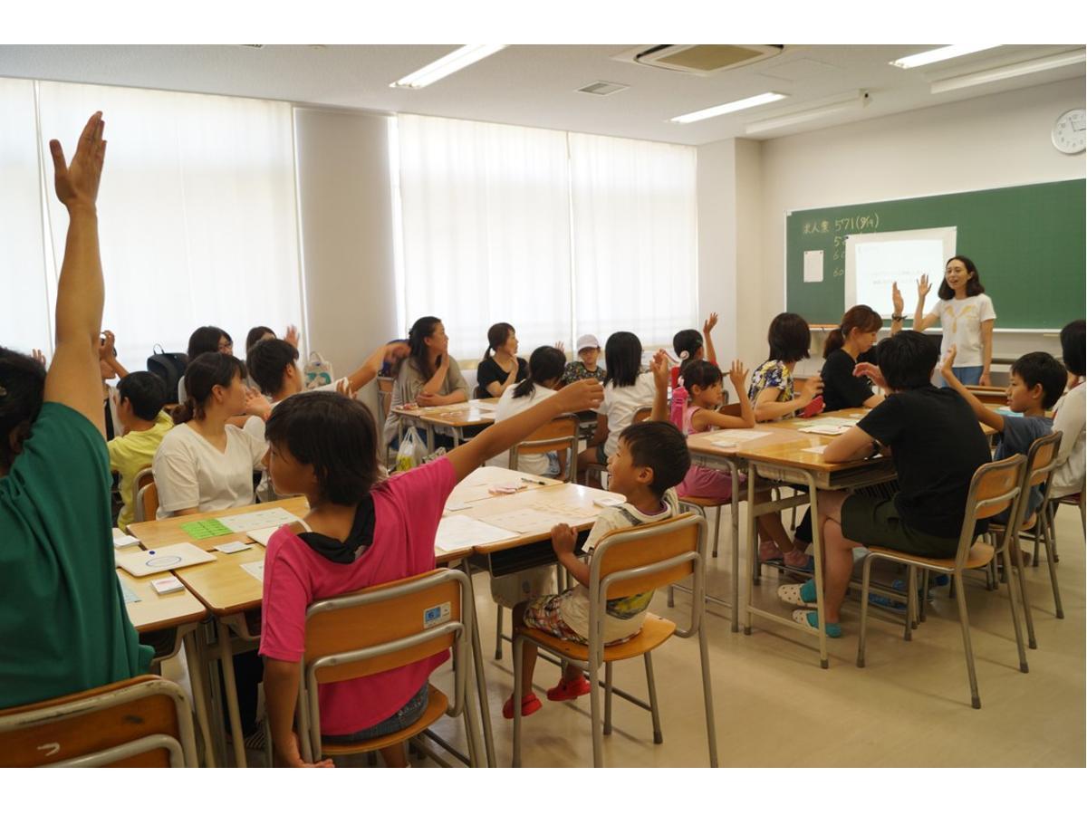 子どもも大人も机を並べるサマセミの授業風景