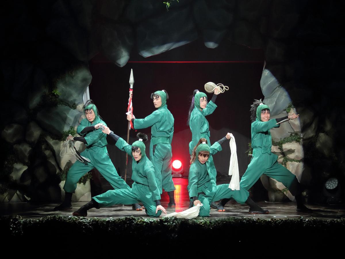 舞台のワンシーン ©尼子騒兵衛/NHK・NEP ©ミュージカル「忍たま乱太郎」製作委員会