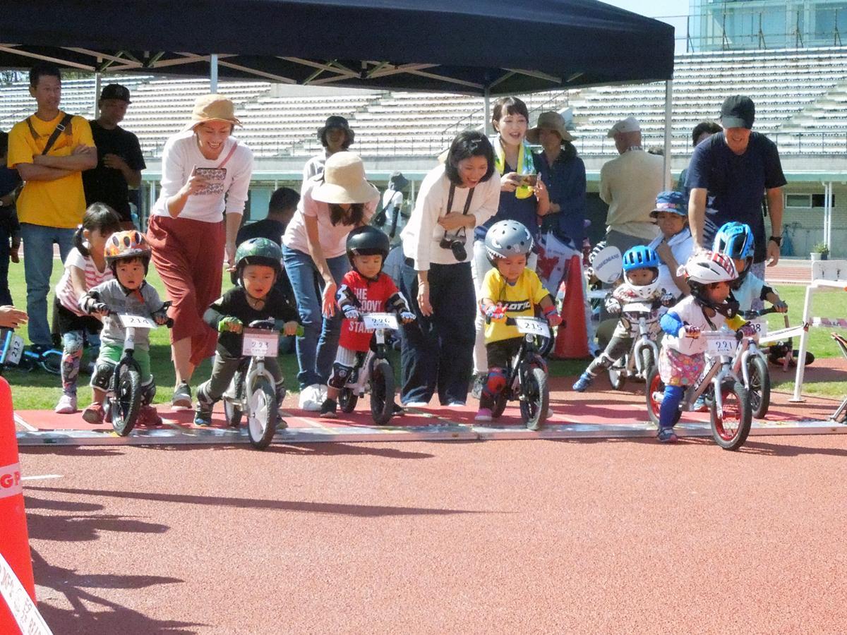 小さな子どもたちが爆走する「キッズバイクレース ベイコムカップ」