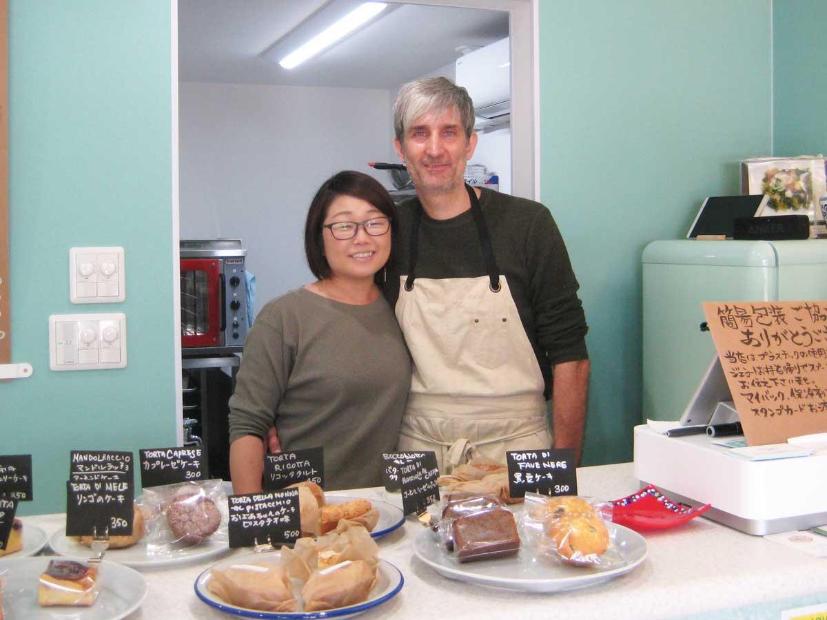 古賀さんとロベルトさん。「お菓子作りはコミュニケーションツールの1つ。言葉はわからなくても通じ合える」と古賀さん