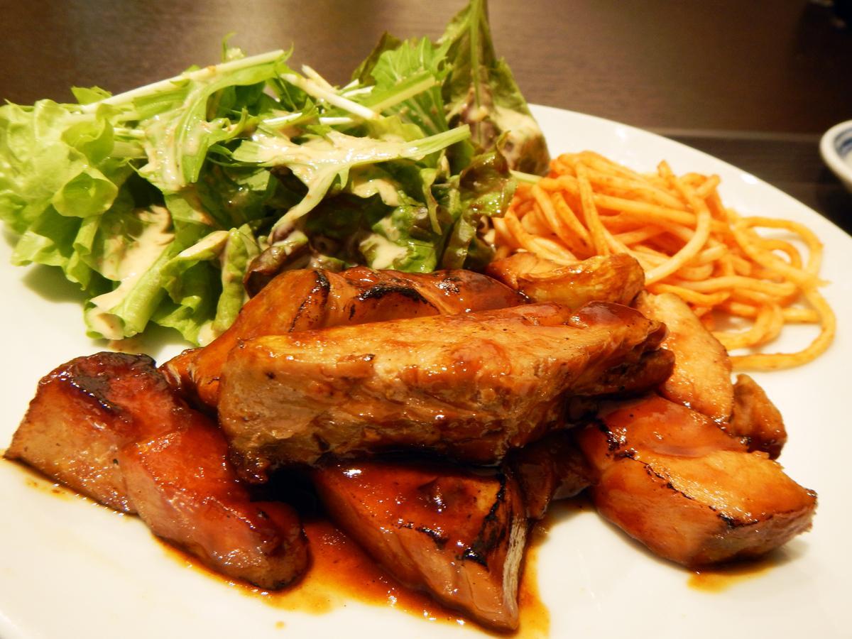 看板メニューの「トンテキ」はしっとりやわらかな肉の食感が特長