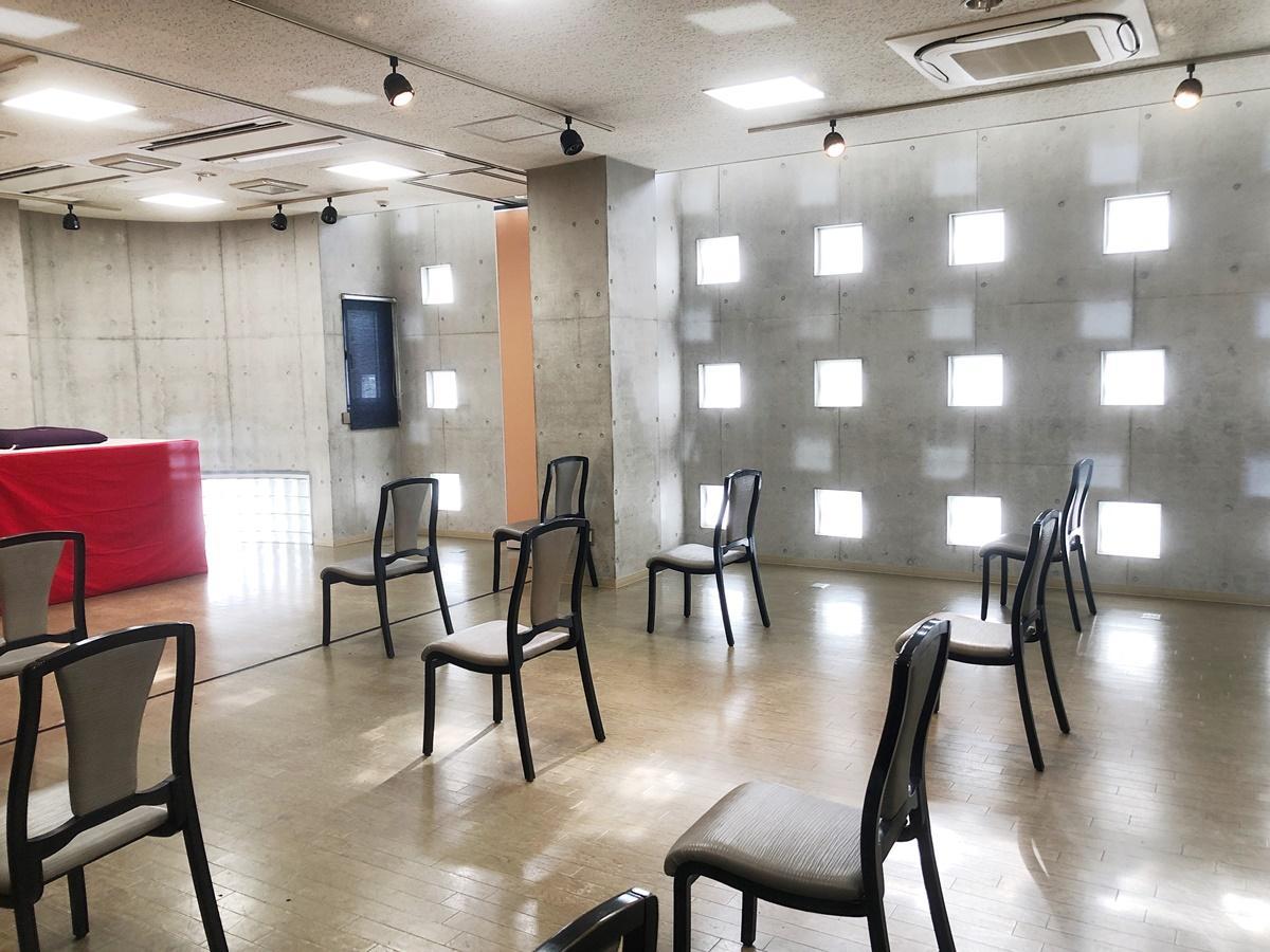 「ソーシャルディスタンス亭」の内観。間隔を空けて椅子を配置