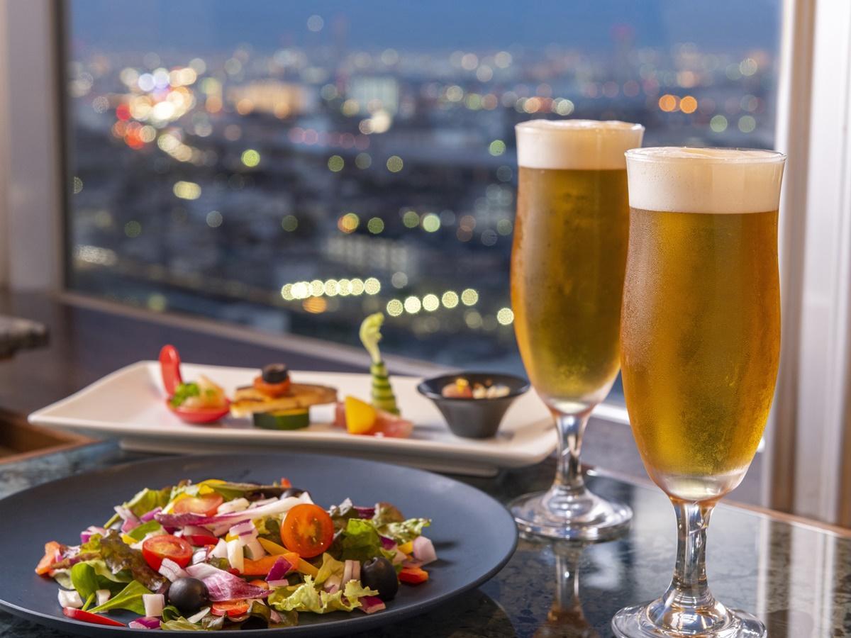 地上100メートルからの夜景とビールを楽しむ企画を用意。周りに高い建物が少ないため、大阪ベイエリアまで見渡すことができる