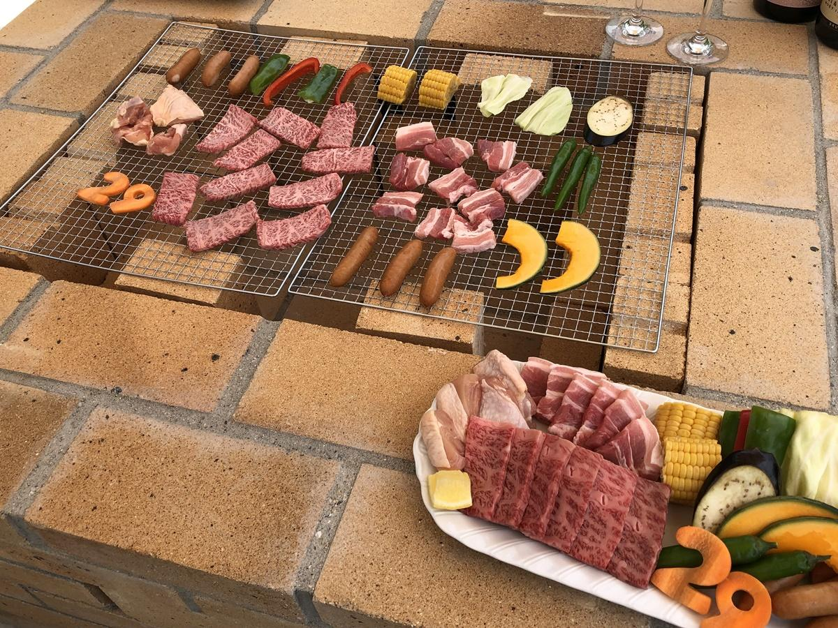 レンガ造りの本格的なコンロを用意。「バーベキューにありがちな肉ではなく黒毛和牛にこだわっている」とオーナー