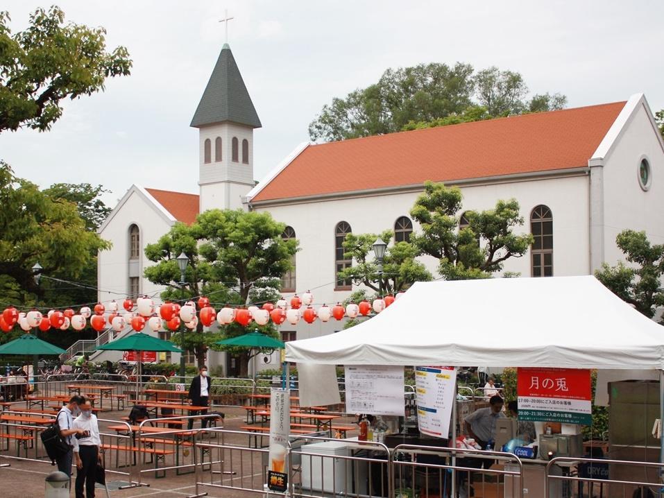 教会などもあり、ヨーロッパの雰囲気が漂う「にしまちチャーチ広場」がビアガーデン会場に様変わり