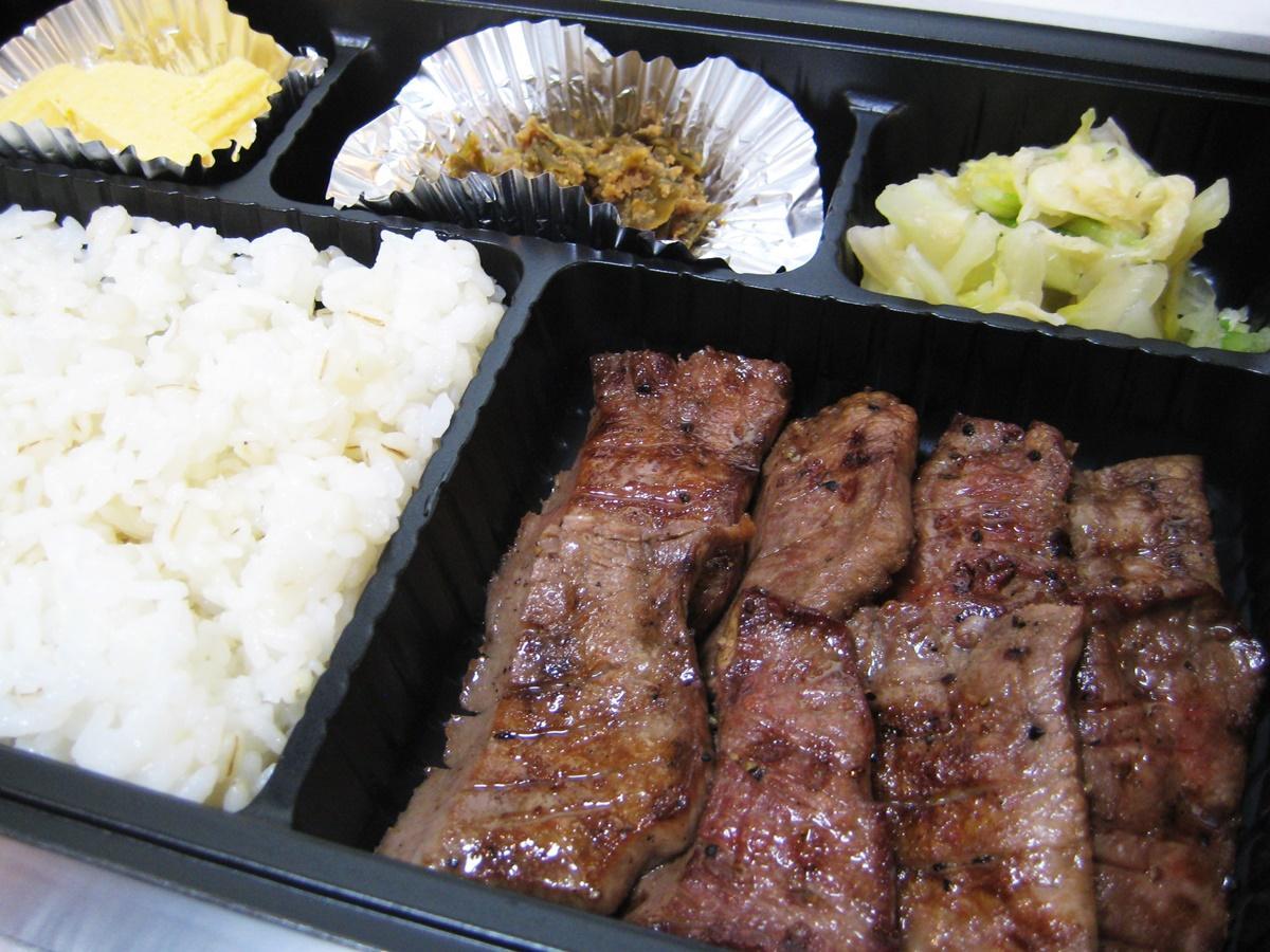 「炭火焼き牛たん弁当」。弁当には、唐辛子を自家製みそに漬けた仙台名物「南蛮みそ」も付く。「辛味が牛タンによく合う一品で『これだけ売ってほしい』というお客さまもいらっしゃる」と吉田さん