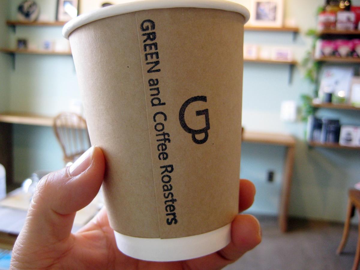 テークアウトのコーヒー(ホット360円~)も用意。「店内の試飲は常温なので、ホットでも味を知ってもらうため用意している」と中尾さん