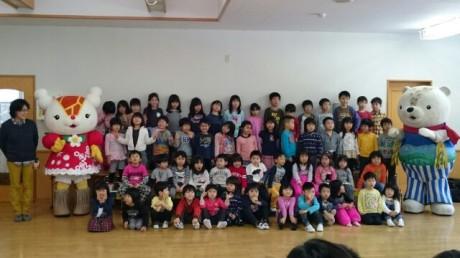 あさっぴー、ゆっきりん、中嶋さんと園児全員で記念撮影
