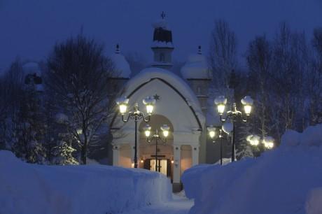 ライトアップされる雪の美術館