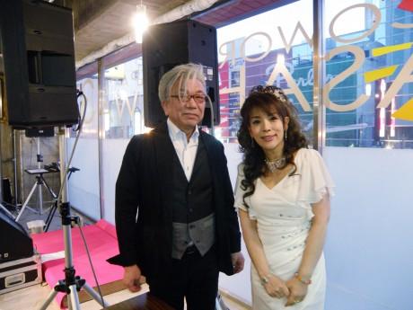 玉置浩二さんの兄で美記子さんの夫・一芳さん(左)と浩二さんの義姉・美記子さん(右)