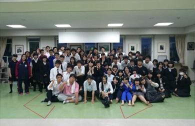 公演を行う高校生劇団「氷点華」のメンバー