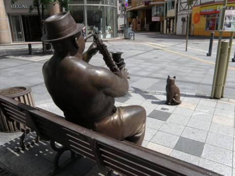 買物公園の野外彫刻「サキソフォン吹きと猫」