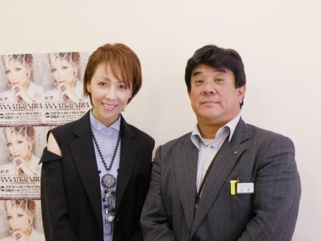 タンゴ歌手の冴木杏奈さん(左)と経済観光部の佐藤部長(右)